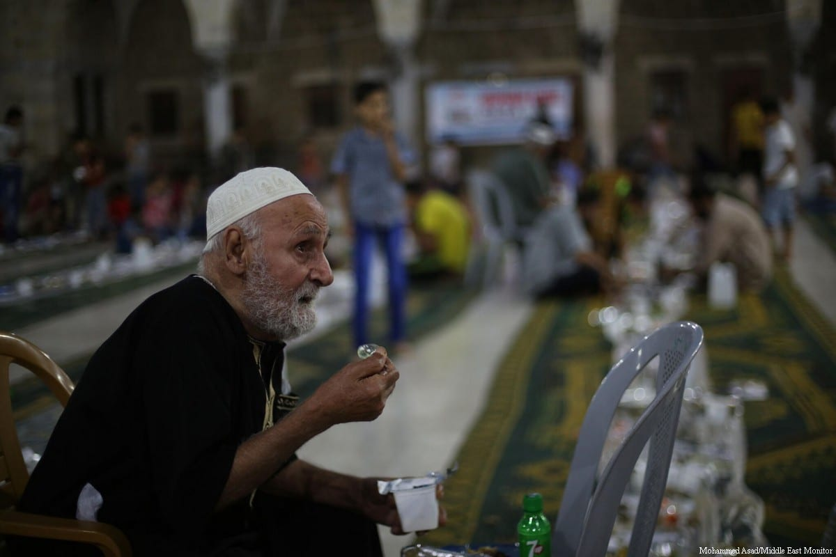 Spreading unity in Ramadan. Gazans break their fast in a communal meal at the Sayed Al-Hashim Mosque in Gaza City on 20 June, 2017 [Mohammed Asad/Middle East Monitor]