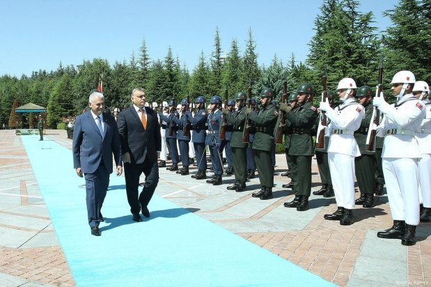 Turkish Prime Minister Binali Yildirim and Hungary's Prime Minister Viktor Orban attend an official welcoming ceremony prior to their meeting in Ankara, Turkey on 30 June 2017 [Turkish Prime Ministry / Mustafa Aktas / Handout/Anadolu Agency]