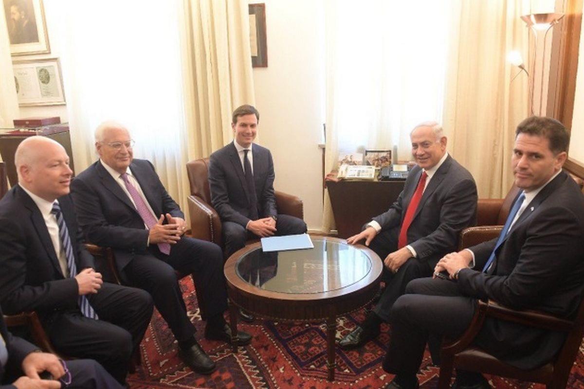 Israel's Prime Minister Benjamin Netanyahu (R) meets with Jared Kushner (3rd L) in Jerusalem on 21 June 21 2017 [Handout / Amos Ben Gershom / GPO]