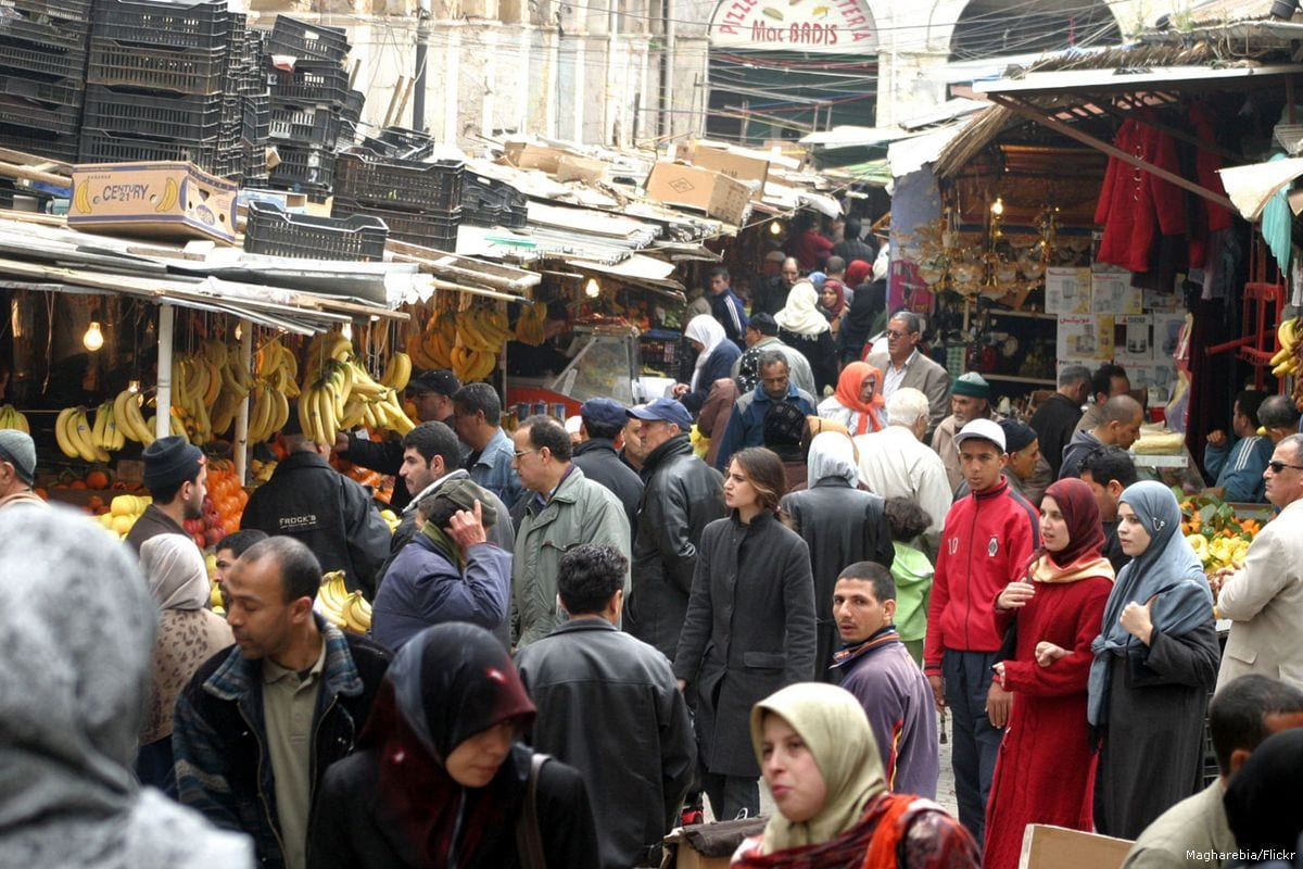 Algerians shop at a busy market in Algiers, Algeria on 17 April 2012 [Magharebia/Flickr]