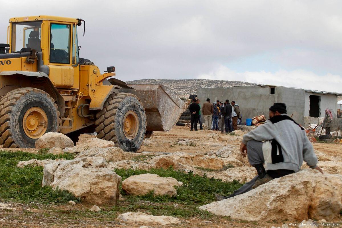 Image of Israeli bulldozers demolishing Palestinian homes on 2 February 2016 [Wisam Hashlamoun/Apaimages]