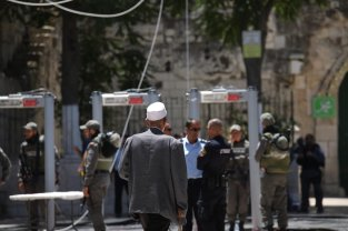 Israeli security forces check Palestinians and their belongings with metal detectors after Al Aqsa Mosque re-opened for prayers on 16 July 2017 [Alkharouf Mostafa/Anadolu Agency]