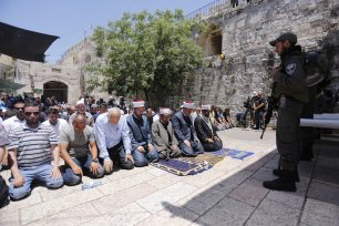 Palestinian worshippers perform prayers outside the Al-Aqsa mosque, as they refuse to enter because of the new metal detectors installed at entrances on 16 July 2017 [Alkharouf Mostafa/Anadolu Agency]