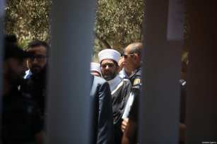 Palestinians gather outside one of the main entrances to the Al-Aqsa mosque, refusing to enter because of new metal detectors installed at entrances as the holy site re-opened for the first time on Sunday since a two-day closure following a deadly shootout in Jerusalem on July 16, 2017 [Alkharouf Mostafa / Anadolu Agency]