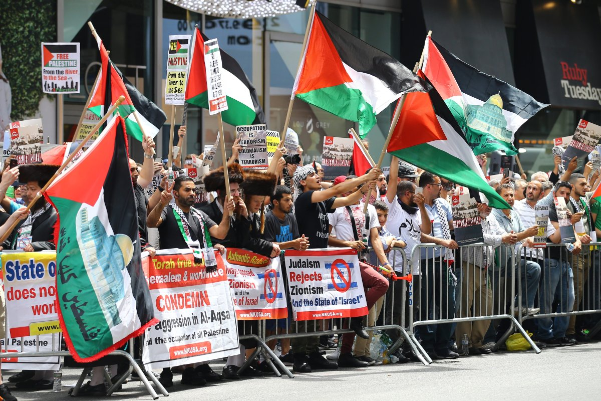 People hold banners and flags during a protest against Israel in the United States on 22 July 2017 [Volkan Furuncu/Anadolu Agency]