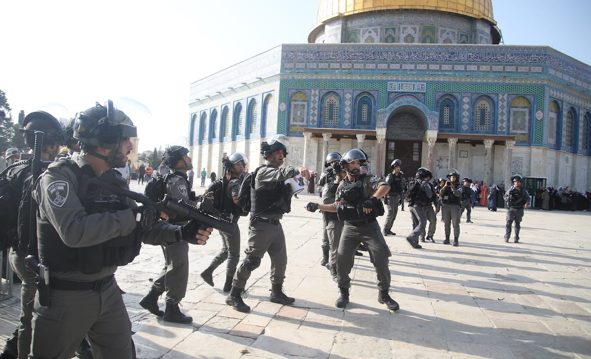 Israeli forces injure Palestinians with tear gas as they gather to enter the Al-Aqsa Mosque in Jerusalem on 27 July 2017 [Mahmoud İbrahem/Anadolu Agency]