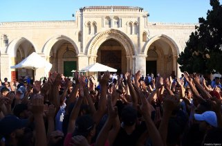 Palestinians gather to celebrate near Jerusalem's Old City as they enter the Al Aqsa Mosque following the removal of Israel's restrictions to Al Aqsa Mosque in Jerusalem on 28 July 2017 [Enes Canlı/Anadolu Agency]