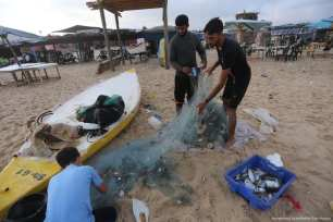 Severe power shortages mean the beach is the only place for Palestinians in Gaza to cool down [Mohammed Asad/Middle East Monitor]