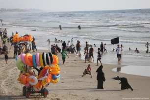 Families chill at the beach in Gaza as temperatures reach summer highs [Mohammed Asad/Middle East Monitor]