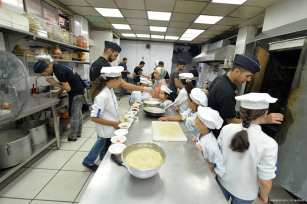 Palestinian children join in a training program on how to become a chef in Gaza City on 5 August, 2017. [Image: facebook.com | m.zaanoun]