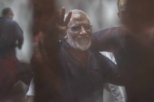 The ex-General Guide of the Egyptian Muslim Brotherhood Mohammed Badie (L) and 21 other defendants attend a trial session behind a cage at the Cairo Police Academy in Cairo, Egypt on August 06, 2017 [Mostafa El-Shemy / Anadolu Agency]