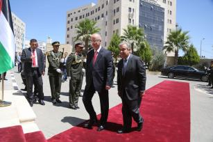 United Nations Secretary General Antonio Guterres (R) is welcomed by Prime Minister of Palestine Rami Hamdallah (2nd R) with an official ceremony at Prime Ministry building in Ramallah, West Bank on August 29, 2017. ( Issam Rimawi - Anadolu Agency )