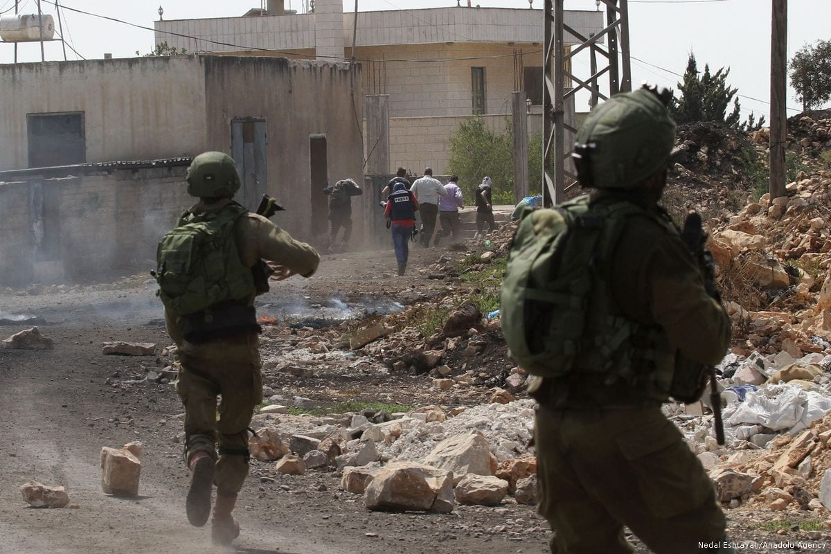 Israeli forces attack Palestinians during a demonstration against the construction of Jewish settlements in Nablus, West Bank on 25 August 2017 [Nedal Eshtayah/Anadolu Agency]
