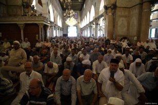 Muslim worshippers listen to the Friday sermon, Khutbah, at Al-Aqsa Mosque in Jerusalem on 4 August 2017 [Mostafa Alkharouf/Anadolu Agency]
