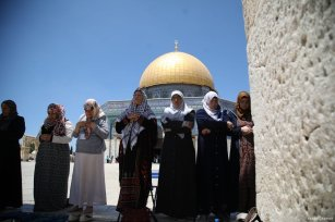 Women can be seen praying in front of the Dome of the Rock Mosque in the Al-Aqsa Mosque compound on 4 August 2017 [Mostafa Alkharouf/Anadolu Agency]
