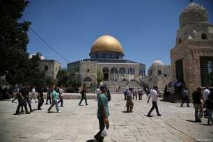 Palestinians return to Al-Aqsa Mosque for Friday prayers on 4 August 2017 [Mostafa Alkharouf/Anadolu Agency]