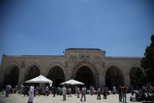 For the first Friday in 3 weeks, Palestinians return to Al-Aqsa Mosque for Friday prayers on 4 August 2017 [Mostafa Alkharouf/Anadolu Agency]
