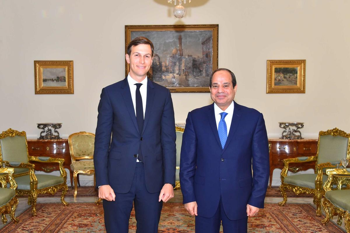 Egyptian President Abdel Fattah al-Sisi (R) and US presidential adviser Jared Kushner (L) pose for a picture at the Egyptian Presidential Palace in Cairo, Egypt on August 23, 2017. ( Egyptian Presidency - Handout - Anadolu Agency )