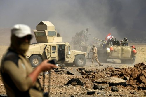 Members of Iraqi army are seen during the fight against Daesh militants in al-Ayadiya, northwest of Tal Afar, Iraq August 28, 2017 [Thaier Al-Sudani / Reuters]