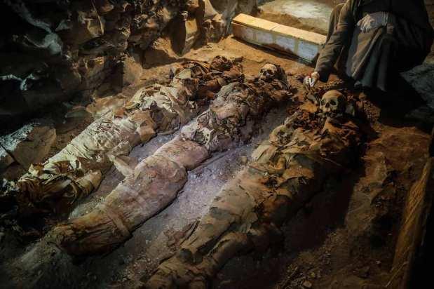Egyptian ancient bodies are seen near a tomb in Dra Abu el-Naga district of Luxor, Egypt on 9 September 2017 [Ibrahim Ramadan/Anadolu Agency]