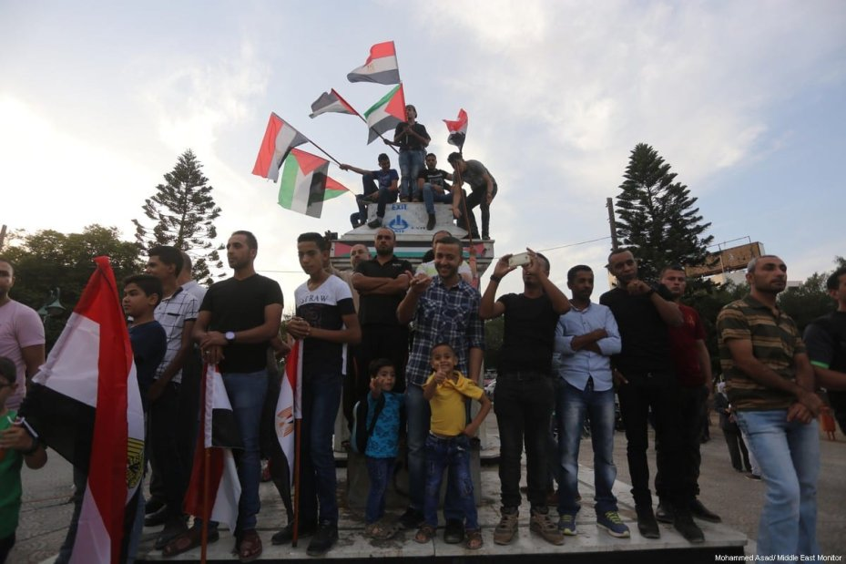 People come out in support of Egypt's efforts to end divisions and support Palestinian reconciliation on 25 September 2017. [Moahmmed Asad/Middle East Monitor]