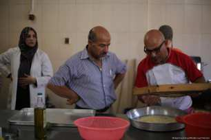 Italian chefs swap cooking tips with Gazan women, on 20 September, 2017 [Mohammed Asad/Middle East Monitor]