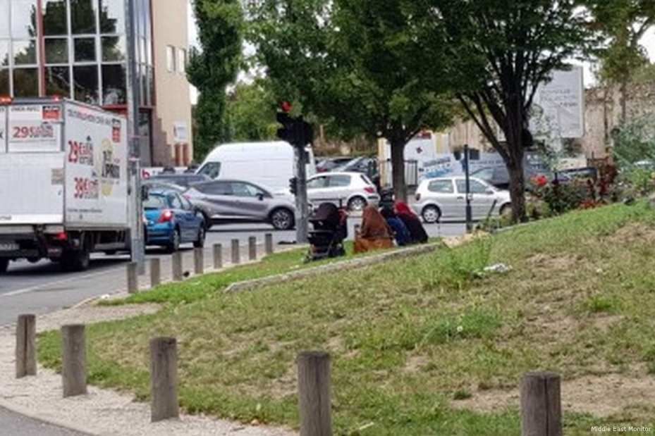Image of Syrian refugees begging in Saint-Denis, France [Middle East Monitor]