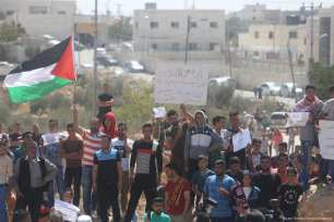 Palestinians stage a demonstration due to Israeli authorities blocking a village's road in Hebron, West Bank on 22 September 2017 [Issam Rimawi/Anadolu Agency]
