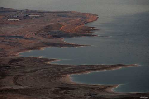 A picture taken on October 13, 2017 shows a view of part of the Dead Sea north of Ein Gedi