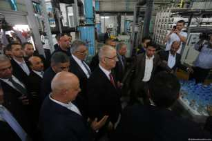 Palestinian Prime Minister Rami Hamdallah is seen touring the vital institutions in the besieged Gaza Strip after the Reconciliation Government took over governance on 5th October 2017. [Image: Mohammad Asad]