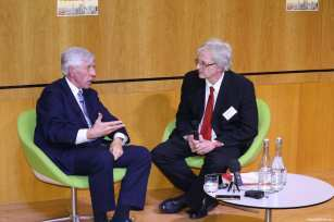Former UK Foreign Secretary Jack Straw speaking with Middle East Eye's David Hearst at MEMO's 'Saudi in Crisis' conference, on November 19, 2017 [Middle East Monitor]