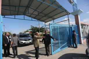 Palestinian Authority officials can be seen taking control of Gaza crossings on 1 November 2017 [Mohammed Asad/Middle East Monitor]