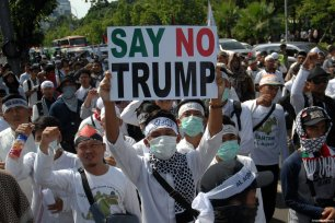 Indonesian Muslims stage a protest outside the US ambassador's office in Indonesia against US President Donald Trump's announcement to recognise Jerusalem as the capital of Israel, in Jakarta on 8 December, 2017 [Dasril Roszandi / Anadolu Agency]