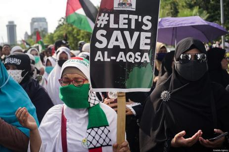 Indonesian Muslims stage a protest outside the US ambassador's office in Indonesia against US President Donald Trump's announcement to recognise Jerusalem as the capital of Israel, in Jakarta on December, 8, 2017 [Dasril Roszandi / Anadolu Agency]