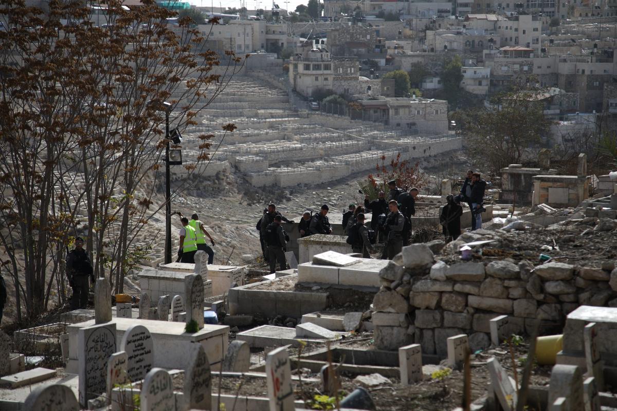 Israeli forces are seen at Bab al-Rahmeh cemetery in East Jerusalem on 10 December, 2017 [Mostafa Alkharouf/Anadolu Agency]