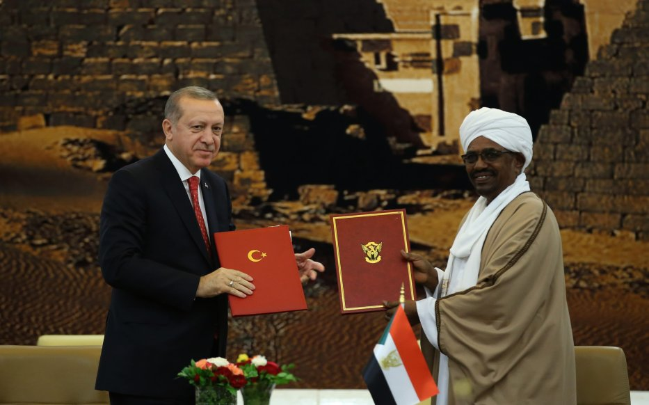 President of Sudan Omar al-Bashir (R) and President of Turkey Recep Tayyip Erdogan (L) pose for a photo after signing bilateral agreements between Turkey and Sudan during their meeting in Khartoum, Sudan on 24 December, 2017 [Turkish Presidency/Yasin Bulbul - Anadolu Agency]