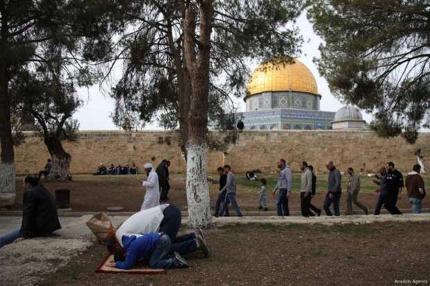 Muslims perform the Friday Prayer at Al-Aqsa Mosque Compound in Jerusalem on 22 December 2017 [Mostafa Alkharouf/Anadolu Agency]