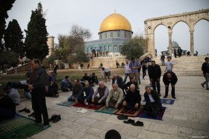 Muslims perform the Friday Prayer at Al-Aqsa Mosque Compound in Jerusalem on 22 December 2017 [Mostafa Alkharouf/Anadolu Agency]