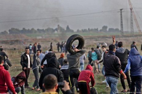 Palestinians take cover as Israeli forces fire bullets during demonstrations against US President Donald Trump's decision on Jerusalem in Gaza on 29 December 2017 [Mohammed Asad/Middle East Monitor]