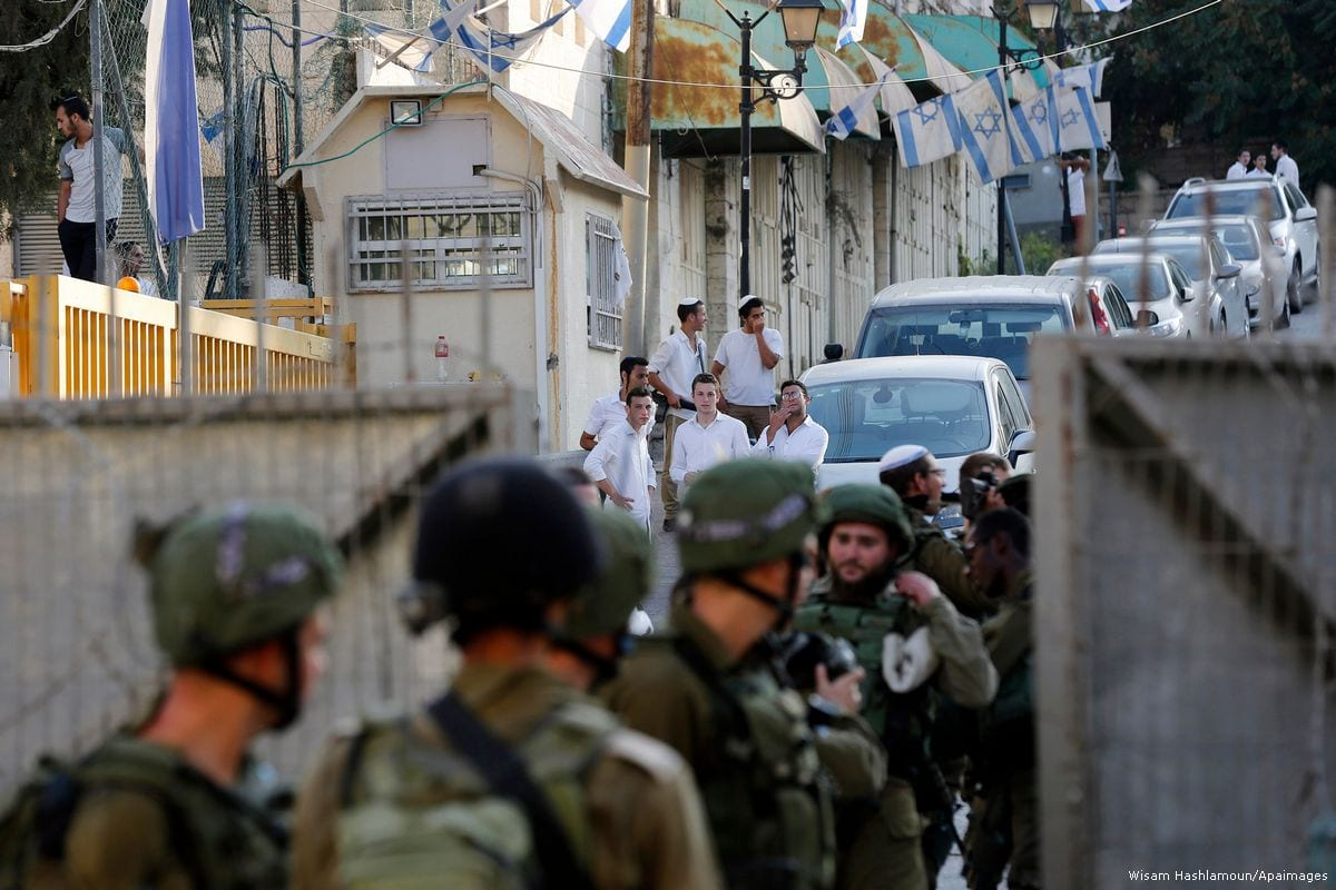 Israeli soldiers stand guard in Hebron, West Bank on 16 September 2017 [Wisam Hashlamoun/Apaimages]