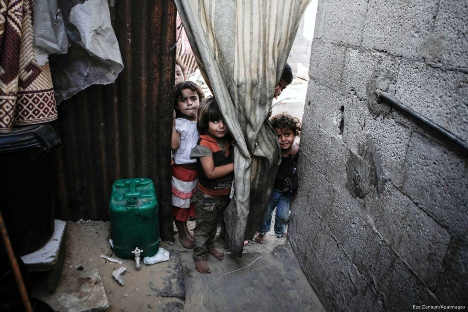 Palestinian children play outside their home in the poverty-stricken quarter of Al-Zaytoon in Gaza City [Ezz Zanoun/Apaimages]