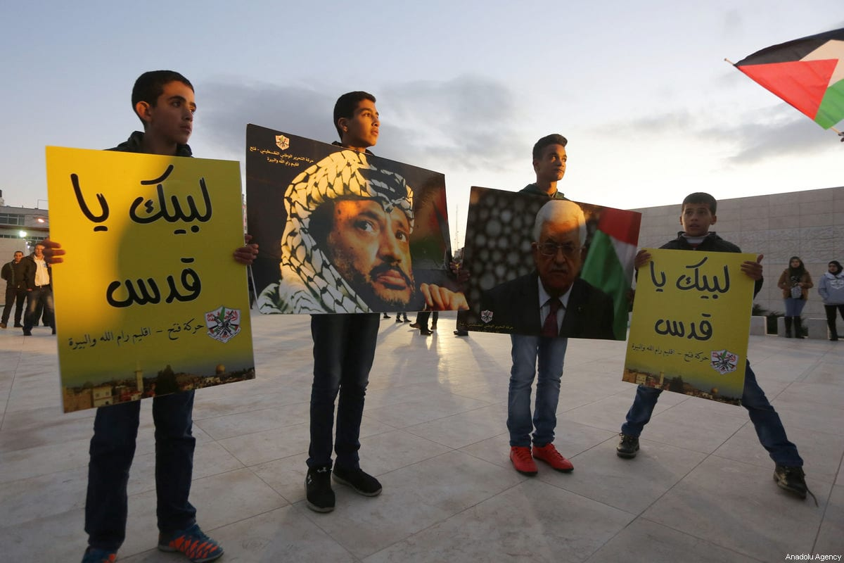 Palestinians attend the ceremony of the 53rd foundation anniversary of the Fatah movement at the Mausoleum of former Palestinian leader Yasser Arafat in Ramallah, West Bank on December 31, 2017 [Issam Rimawi / Anadolu Agency]