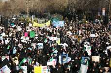 Thousands of Iranians hold banners and posters as they take part in a pro-government rally in Isfahan, Iran on January 4, 2018 [Morteza Salehi / Anadolu Agency]