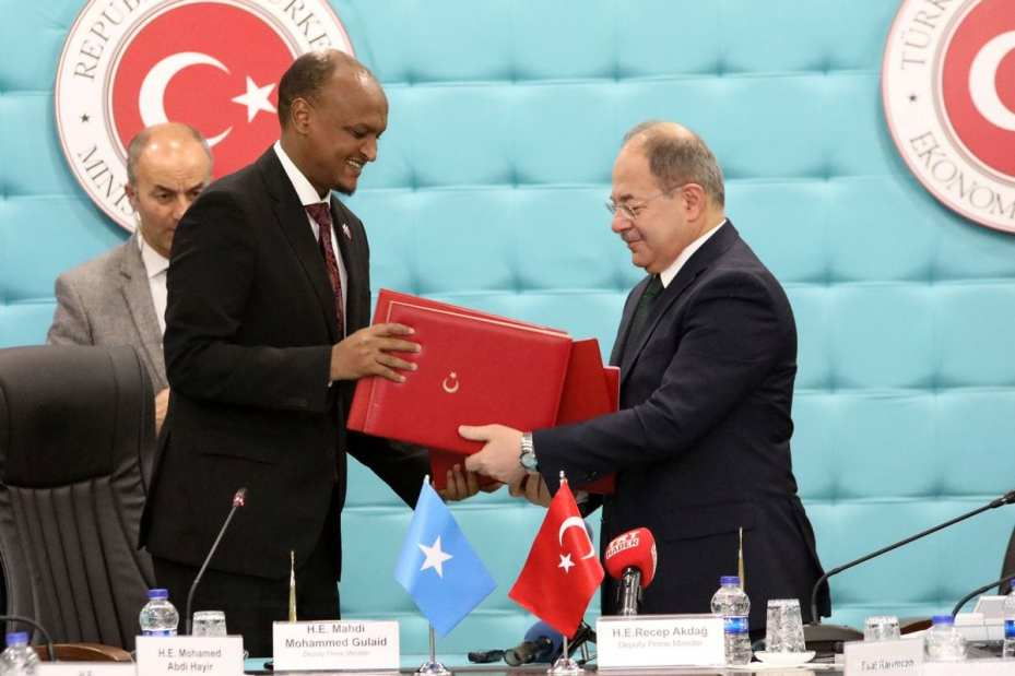 Turkish Deputy Prime Minister Recep Akdag (R) and his Somalian counterpart Mahdi Mohammed Gulaid (L) attend the signing ceremony of the Turkey-Somalia Joint Economic Commission meeting protocol at the Ministry of Economy in Ankara, Turkey on 12 January 2018 [Hayati İkizoğlu/Anadolu Agency]