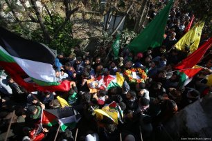 Palestinians carry the body of Layth Abu Naim, a 16 year old Palestinian who was killed by Israeli soldiers on 30 January 2018 [Issam Rimawi/Anadolu Agency]