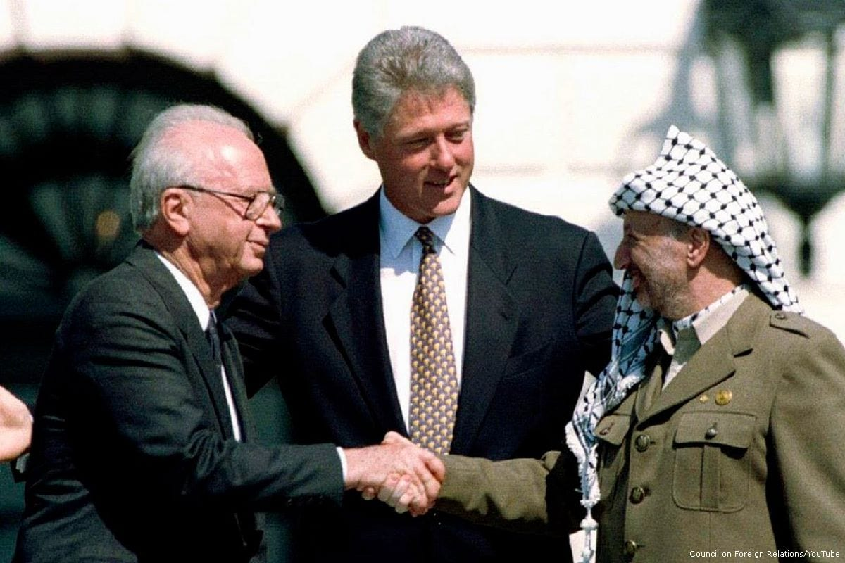 Iconic handshake between PLO leader Yasser Arafat and Israeli President Shimon Peres during the Oslo accords [Council on Foreign Relations/YouTube]