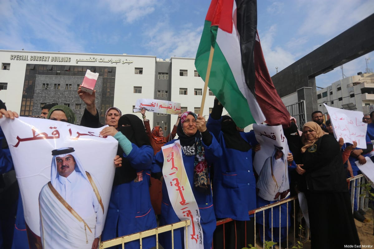 Palestinians hold flags of Qatar and Palestine during a press conference of Ambassador Mohamed Al-Emadi in Gaza on 19 February 2018 [Middle East Monitor / Mohammed Asad]