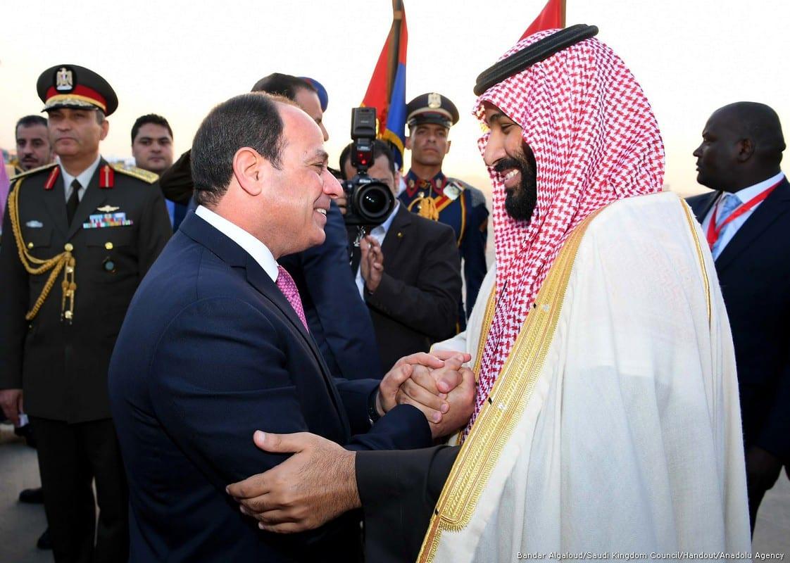 Crown Prince and Defense Minister of Saudi Arabia Mohammad bin Salman al-Saud (R) is welcomed by Egyptian President Abdel Fattah al-Sisi (L) at Cairo International Airport in Cairo, Egypt on 4 March, 2018 [Bandar Algaloud/Saudi Kingdom Council/Handout/Anadolu Agency])