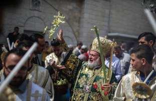 Archbishop Alexios (C) leads the Palm Sunday procession in Gaza City, Gaza on 1 April, 2018 [Mustafa Hassona/Anadolu Agency]
