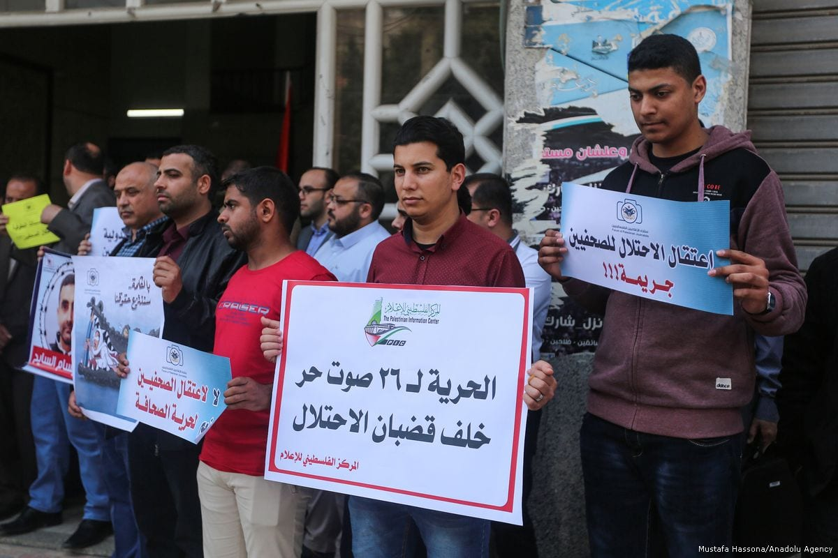 Palestinian journalists hold banners and shout slogans to show their support to their Palestinian counterparts in Israeli jails in Gaza City, Gaza on 19 April 2018 [Mustafa Hassona/Anadolu Agency]